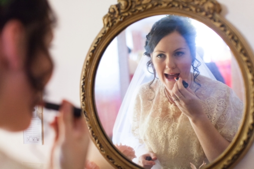 applying-lipstick-wedding